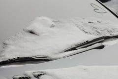 Coche parqueado cubierto con la primera nieve en invierno Foto de archivo