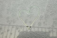 Coche parqueado cubierto con la primera nieve en invierno Fotografía de archivo