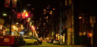 Coche parqueado en la calle en medio de edificios Fotos de archivo