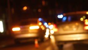 Coche patrulla que llega la escena del accidente de carretera, calle de la ciudad de la noche de la conducción de automóviles almacen de metraje de vídeo