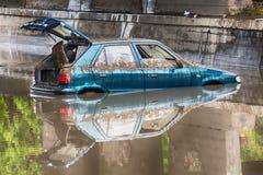 Coche pegado en la inundación rural Imágenes de archivo libres de regalías