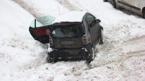 Coche pegado en la nieve después de caída de la nieve almacen de metraje de vídeo