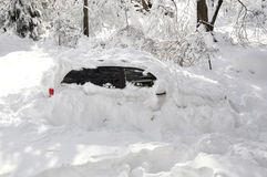 Coche pegado en tormenta de la nieve Fotografía de archivo