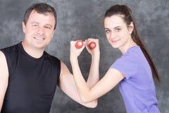 Coche personal del hombre del instructor con la mujer que trabaja con la aptitud de las pesas de gimnasia, deporte, entrenamiento Imágenes de archivo libres de regalías