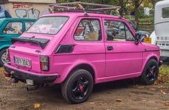 Coche polaco Polski Fiat 126p de la obra clásica en rosa imagen de archivo libre de regalías