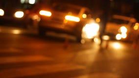 Coche policía con la linterna dada vuelta que bloquea el camino a culpable en coche del accidente de carretera almacen de metraje de vídeo