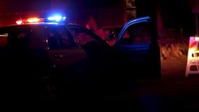 Coche policía con las luces que destellan en la barricada almacen de metraje de vídeo