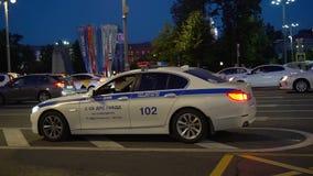 Coche policía con las luces que se colocan en el camino metrajes
