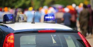 Coche policía con las sirenas azules durante el alboroto Fotografía de archivo libre de regalías