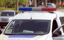 Coche policía con las sirenas rojas y el color azul Imágenes de archivo libres de regalías