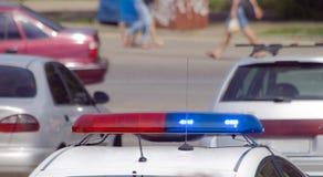 Coche policía con las sirenas rojas y el color azul Foto de archivo