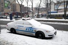 Coche policía con nieve Imágenes de archivo libres de regalías