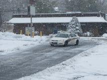 Coche policía durante nieve Imagen de archivo libre de regalías