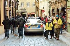 Coche policía en distrito histórico en la ciudad de Praga Imagen de archivo