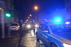 Coche policía en la calle imagenes de archivo
