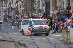Coche policía en la ciudad de Amsterdam - AMSTERDAM - LOS PAÍSES BAJOS - 20 de julio de 2017 Imagen de archivo