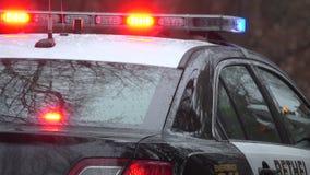 Coche policía en una escena del crimen almacen de video