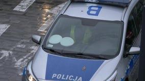 Coche policía europeo con los oficiales almacen de metraje de vídeo