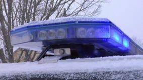 Coche policía Flushlights azul que destella en la nieve almacen de metraje de vídeo