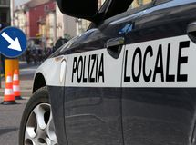 Coche policía italiano durante la barricada Imagen de archivo