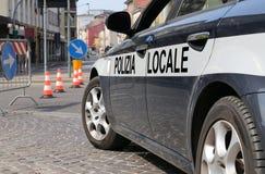 Coche policía italiano durante la barricada en la calle Foto de archivo libre de regalías