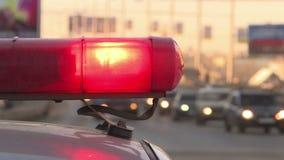 Coche policía Luces y sirenas rojas y azules metrajes