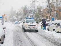 Coche policía que patrulla las calles en Jerusalén Foto de archivo libre de regalías