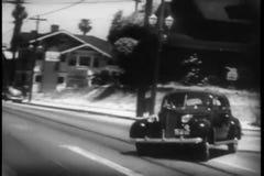 Coche policía que persigue el vehículo en la calle almacen de video