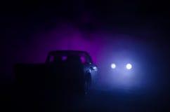 Coche policía que persigue un coche en la noche con el fondo de la niebla Coche policía de 911 respuestas de emergencia que apres Imagenes de archivo