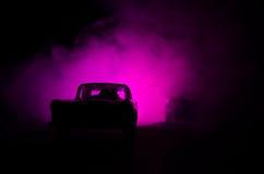 Coche policía que persigue un coche en la noche con el fondo de la niebla Coche policía de 911 respuestas de emergencia que apres Foto de archivo