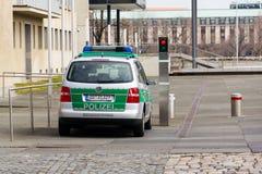 Coche policía que se coloca en la calle en Dresden, Alemania Fotografía de archivo libre de regalías