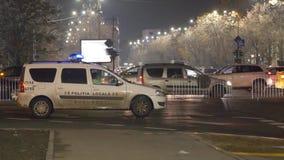 Coche policía y cercas que bloquean la autorización del bulevar metrajes