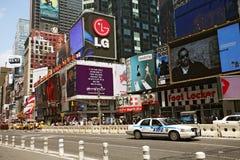 Coche policía en el cuadrado de New York Times Foto de archivo