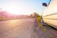 Coche por la carretera de asfalto Fotos de archivo
