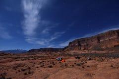 Coche que acampa bajo claro de luna Imagenes de archivo