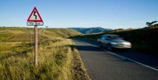 Coche que apresura a lo largo de la carretera nacional  Fotografía de archivo libre de regalías