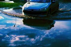 Coche que fuerza las aguas de inundación Foto de archivo libre de regalías