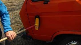 Coche que lava una furgoneta anaranjada almacen de video