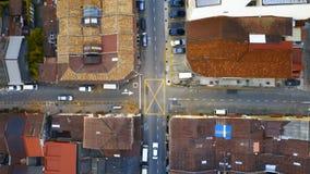 Coche que mueve encendido cruces entre los tejados de teja roja en la parte histórica de la ciudad de Georgetown en la isla de Pe almacen de video