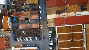 Coche que mueve encendido cruces entre los tejados de teja roja en la parte histórica de la ciudad de Georgetown en la isla de Pe almacen de metraje de vídeo
