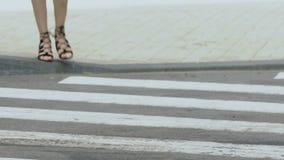 Coche que para peligroso en paso de peatones delante del peatón femenino, violación almacen de metraje de vídeo
