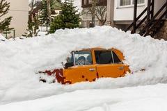Coche que parquea debajo debajo de una pila de nieve Fotos de archivo