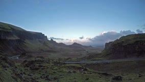 Coche que pasa el Quiraing en la isla de Skye en Escocia metrajes