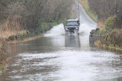 Coche que pasa a través de la inundación Imagen de archivo