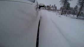 Coche que patina en cámara a bordo del camino de la nieve almacen de metraje de vídeo