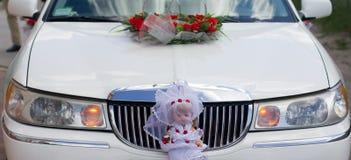 Coche que se casa adornado blanco Fotografía de archivo libre de regalías
