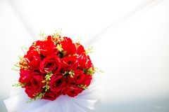 Coche que se casa adornado Decoración de la boda en el coche de la boda Coche de lujo de la boda adornado con las flores Foto de archivo libre de regalías