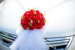 Coche que se casa adornado Decoración de la boda en el coche de la boda Coche de lujo de la boda adornado con las flores Fotos de archivo libres de regalías