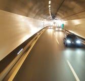 Coche que se ejecuta en un túnel Imagen de archivo