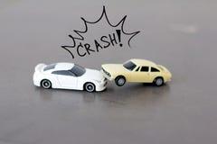 Coche que se estrella, concepto del seguro de coche Imagenes de archivo